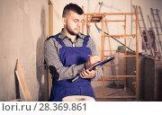 Repairman is signing documents about the report. Стоковое фото, фотограф Яков Филимонов / Фотобанк Лори