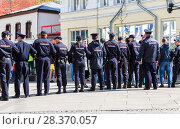 Купить «Police officers block an Leningradskaya street during an opposition protest rally», фото № 28370057, снято 5 мая 2018 г. (c) FotograFF / Фотобанк Лори
