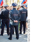 Купить «Police officers block an Leningradskaya street during an opposition protest rally», фото № 28370065, снято 5 мая 2018 г. (c) FotograFF / Фотобанк Лори