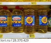 Moscow, Russia - April 14. 2018. sunflower oil in 5 liter bottles in Auchan store. Редакционное фото, фотограф Володина Ольга / Фотобанк Лори