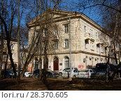 Купить «Трёхэтажный кирпичный двухподъездный жилой дом (1950 года постройки). 1-я Парковая улица, 49. Район Измайлово. Москва», эксклюзивное фото № 28370605, снято 24 апреля 2018 г. (c) lana1501 / Фотобанк Лори