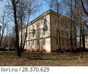 Купить «Трёхэтажный двухподъездный кирпичный жилой дом, построен в 1950 году. 1-я Парковая улица, 49. Район Измайлово. Город Москва», эксклюзивное фото № 28370629, снято 24 апреля 2018 г. (c) lana1501 / Фотобанк Лори