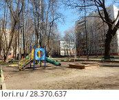 Купить «Детская игровая площадка во дворе жилых домов. 1-я Парковая улица. Район Измайлово. Москва», эксклюзивное фото № 28370637, снято 24 апреля 2018 г. (c) lana1501 / Фотобанк Лори