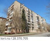 Купить «Девятиэтажный кирпичный четырехподъездный жилой дом серии II-29, построен в 1966 году. 2-я Парковая улица, 9. Район Измайлово. Город Москва», эксклюзивное фото № 28370705, снято 24 апреля 2018 г. (c) lana1501 / Фотобанк Лори