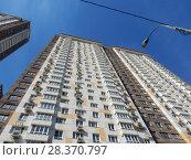 Купить «Тридцатиэтажный жилой дом, построен в 2011 году. Корпус № 3 жилого комплекса «Измайловский». Первомайская улица, 42. Район Измайлово. Город Москва», эксклюзивное фото № 28370797, снято 24 апреля 2018 г. (c) lana1501 / Фотобанк Лори