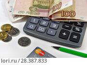 Калькулятор, банковская карта и деньги. Бизнес-натюрморт (2018 год). Редакционное фото, фотограф Юрий Морозов / Фотобанк Лори