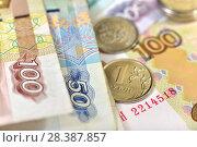 Купить «Российские монеты и купюры», эксклюзивное фото № 28387857, снято 7 мая 2018 г. (c) Юрий Морозов / Фотобанк Лори