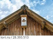 Купить «Birdhouse hangs under the roof», фото № 28393513, снято 30 апреля 2018 г. (c) Юрий Шурчков / Фотобанк Лори