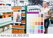 woman customer in housewares hypermarket. Стоковое фото, фотограф Яков Филимонов / Фотобанк Лори