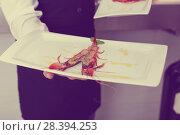 Купить «Cooked tiger shrimp oт plate in male hands», фото № 28394253, снято 26 января 2018 г. (c) Яков Филимонов / Фотобанк Лори
