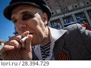 Купить «Реконструктор советского времени в роли хулигана послевоенного времени во время празднования 9 мая на Триумфальной площади в центре Москвы, 9 мая 2018», фото № 28394729, снято 9 мая 2018 г. (c) Николай Винокуров / Фотобанк Лори