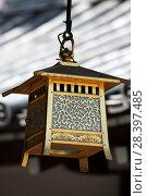 Купить «Традиционный японский фонарь на крыше храма», фото № 28397485, снято 4 сентября 2009 г. (c) Александр Гаценко / Фотобанк Лори