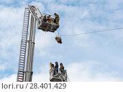 Купить «Эвакуация пострадавшего. Бойцы пожарной охраны в люльках на выдвижных лестницах», эксклюзивное фото № 28401429, снято 24 июня 2017 г. (c) Александр Щепин / Фотобанк Лори
