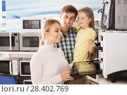 Купить «Family buying modern microwave», фото № 28402769, снято 22 августа 2018 г. (c) Яков Филимонов / Фотобанк Лори