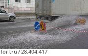 Купить «Грузовик едет по луже», видеоролик № 28404417, снято 12 мая 2018 г. (c) А. А. Пирагис / Фотобанк Лори