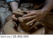 Купить «Мастер гончарного дела создает вручную кувшин на станке», фото № 28406589, снято 22 марта 2016 г. (c) Николай Винокуров / Фотобанк Лори