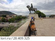Купить «Конный памятник царю Вахтангу Горгасали летом. Город Тбилиси, Грузия», эксклюзивное фото № 28409325, снято 13 июля 2017 г. (c) Алексей Гусев / Фотобанк Лори
