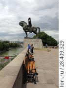 Купить «Конный памятник царю Вахтангу Горгасали летним днем. Город Тбилиси, Грузия», эксклюзивное фото № 28409329, снято 13 июля 2017 г. (c) Алексей Гусев / Фотобанк Лори