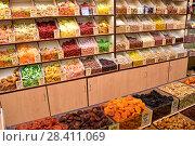 Купить «Орехи и сухофрукты на полках в магазине», фото № 28411069, снято 11 мая 2018 г. (c) Юрий Морозов / Фотобанк Лори