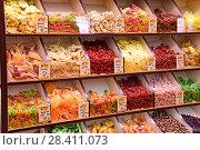 Купить «Орехи и сухофрукты на полках в магазине», эксклюзивное фото № 28411073, снято 11 мая 2018 г. (c) Юрий Морозов / Фотобанк Лори