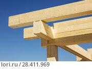Конструкция из деревянного бруса. Сборка. Стоковое фото, фотограф Александр Романов / Фотобанк Лори
