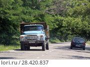 Купить «Грузовик ЗИЛ-130 едет по дороге Грузии», эксклюзивное фото № 28420837, снято 14 июля 2017 г. (c) Алексей Гусев / Фотобанк Лори