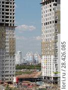 Купить «Строящийся новый жилой комплекс в районе Мякинино с видом на город Красногорск (2018 год)», эксклюзивное фото № 28426085, снято 13 мая 2018 г. (c) Дмитрий Неумоин / Фотобанк Лори