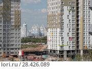 Купить «Строящийся новый жилой комплекс на границе с Москвой в районе Мякинино с видом на город Красногорск (2018 год)», эксклюзивное фото № 28426089, снято 13 мая 2018 г. (c) Дмитрий Неумоин / Фотобанк Лори
