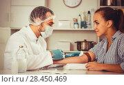 Купить «Male nurse injecting female patient», фото № 28450469, снято 17 октября 2018 г. (c) Яков Филимонов / Фотобанк Лори