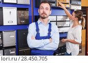 Купить «Salesman in mailbox store», фото № 28450705, снято 17 апреля 2018 г. (c) Яков Филимонов / Фотобанк Лори