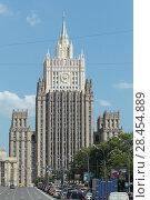 Купить «Москва, высотка МИД на Смоленской площади», эксклюзивное фото № 28454889, снято 13 мая 2018 г. (c) Дмитрий Неумоин / Фотобанк Лори