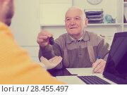 Купить «Old man signed car purchase contract», фото № 28455497, снято 16 июля 2018 г. (c) Яков Филимонов / Фотобанк Лори