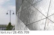 Купить «Омск. Фрагмент поверхности зеркального фонтана на фоне городского пейзажа», видеоролик № 28455709, снято 22 мая 2018 г. (c) Круглов Олег / Фотобанк Лори