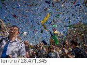 Люди радуются конфетти-салюту на Невском проспекте во время празднования Дня города Санкт-Петербурга, Россия, 27 мая 2018. Редакционное фото, фотограф Николай Винокуров / Фотобанк Лори