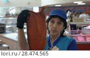 Купить «Продавщица демонстрирует покупателю копченый лосось в рыбном магазине», видеоролик № 28474565, снято 21 мая 2018 г. (c) А. А. Пирагис / Фотобанк Лори