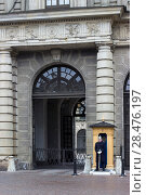 Купить «Почетный караул у ворот Стокгольмского королевского дворца. Стокгольм, Швеция», фото № 28476197, снято 29 марта 2017 г. (c) Кекяляйнен Андрей / Фотобанк Лори