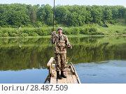 Купить «Счастливый рыбак держит в руке удочку с пойманной рыбой. Тульская область. Заокский район. Река Ока», эксклюзивное фото № 28487509, снято 24 мая 2018 г. (c) Игорь Низов / Фотобанк Лори