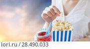 Купить «woman eating popcorn with drink in glass mason jar», фото № 28490033, снято 28 мая 2015 г. (c) Syda Productions / Фотобанк Лори