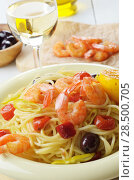 Купить «Seafood spaghetti pasta dish with shrimps and cherry tomatoes served with white wine», фото № 28500705, снято 18 октября 2018 г. (c) Ingram Publishing / Фотобанк Лори