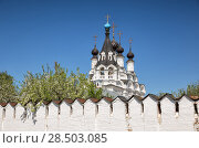 Купить «Dome of Annunciation Cathedral and bell tower above the monastery wall and blooming garden. Murom, Russia», фото № 28503085, снято 13 мая 2018 г. (c) Юлия Бабкина / Фотобанк Лори