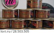 Купить «Краб камчатский натуральный в собственном соку в консервных банках», видеоролик № 28503505, снято 20 мая 2018 г. (c) А. А. Пирагис / Фотобанк Лори
