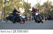 Купить «Тренировка мотоциклистов на парковке, заезд среди разложенных конусов», видеоролик № 28509661, снято 30 мая 2018 г. (c) Кекяляйнен Андрей / Фотобанк Лори