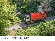 Городской мусоровоз везет отходы на свалку (2018 год). Редакционное фото, фотограф Кузин Алексей / Фотобанк Лори