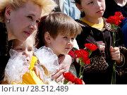 Купить «Россия, Уральский,  Сибирь,  Тюмень.  Мама с детьми в день Победы 9мая.», эксклюзивное фото № 28512489, снято 2 января 2000 г. (c) Александр Циликин / Фотобанк Лори