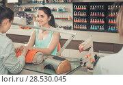 Купить «positive manicurist filing and shaping nails in beauty salon», фото № 28530045, снято 28 апреля 2017 г. (c) Яков Филимонов / Фотобанк Лори