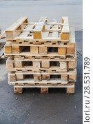 Купить «Деревянные поддоны (палеты)», фото № 28531789, снято 21 апреля 2013 г. (c) Алёшина Оксана / Фотобанк Лори