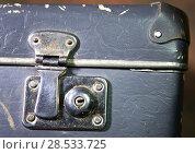 Купить «Folding latch on the lock of an old shabby suitcase», фото № 28533725, снято 23 апреля 2017 г. (c) Куликов Константин / Фотобанк Лори