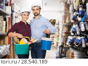 Couple buying paint and instruments. Стоковое фото, фотограф Яков Филимонов / Фотобанк Лори