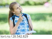 Задумчивая девочка с альбомом для рисования в парке. Стоковое фото, фотограф Кекяляйнен Андрей / Фотобанк Лори