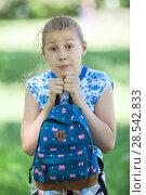 Купить «Испуганная девочка прижимает к себе рюкзак», фото № 28542833, снято 3 июня 2018 г. (c) Кекяляйнен Андрей / Фотобанк Лори